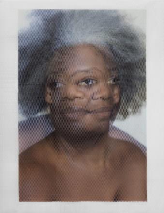 Zwei überlagerte, halbtransparente Portraits einer Frau mit grauen Haaren.