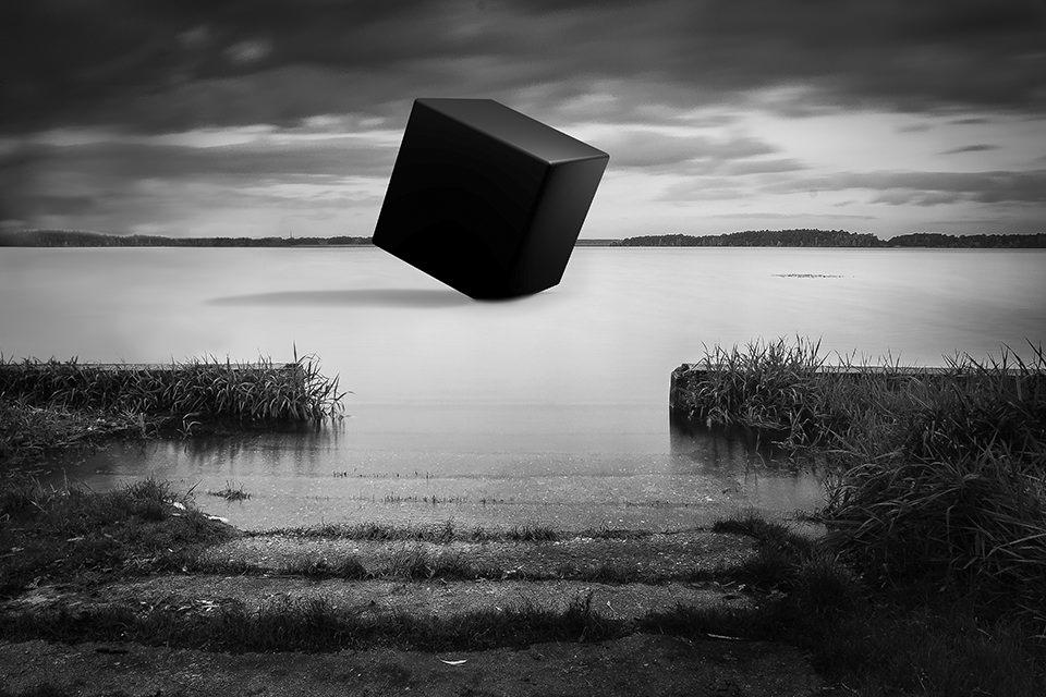 Ein Würfel in einem See