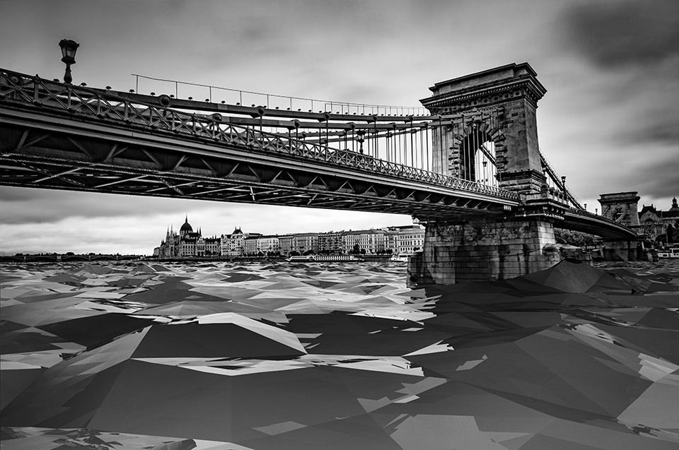 Eine Brücke unter der eckige Formen liegen