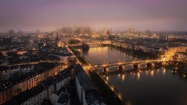 Eine Stadt im Abendlicht