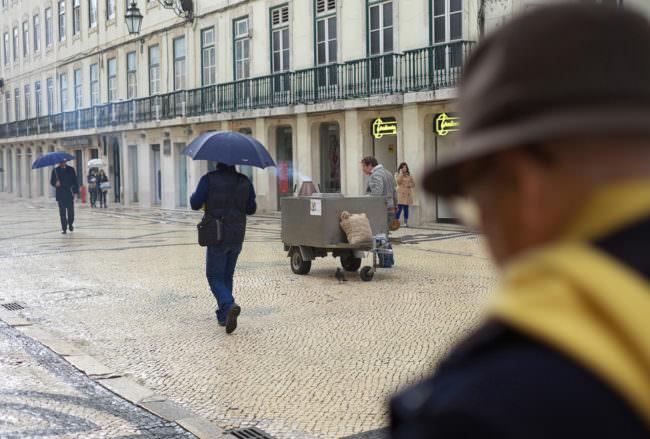Menschen mit Regenschirmen auf der Straße