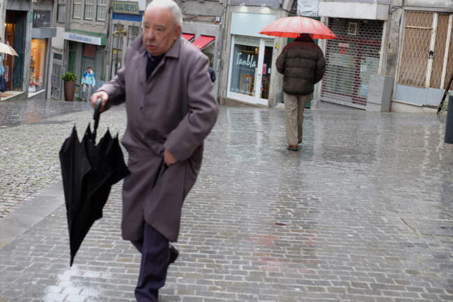 Menschen mit Regenschirm