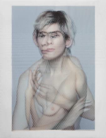 Zwei überlagerte, halbtransparente Portraits einer jungen, blonden Frau.