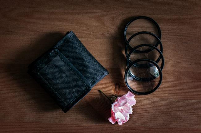 Nahlinsen mit Tasche und Blüte