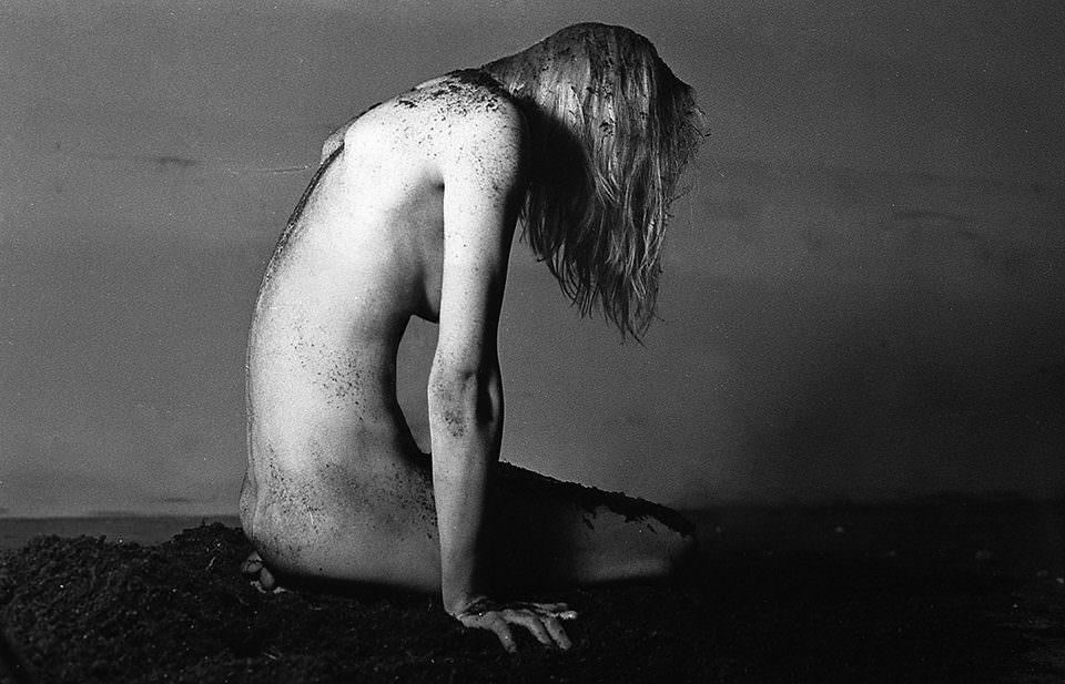 Eine nackte Frau auf Erde