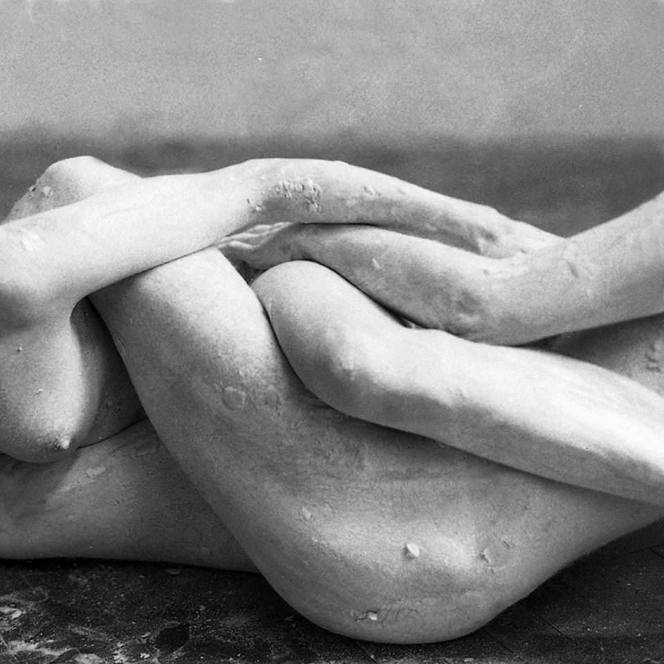 Zwei Körper miteinander verschlungen