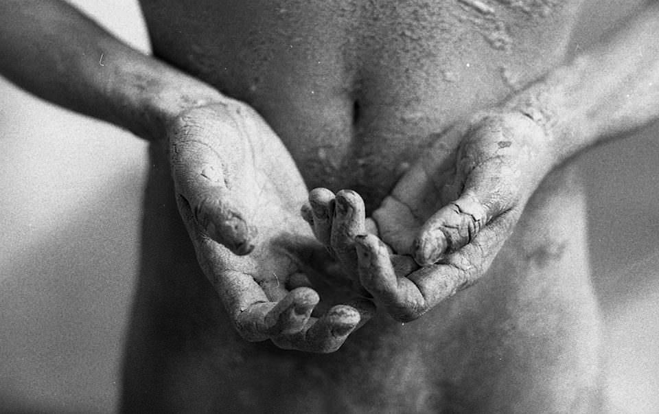Hände bedeckt mit Ton