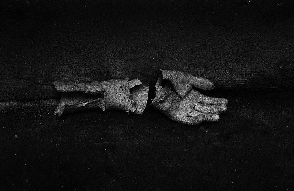 Eine kaputte Handskulptur