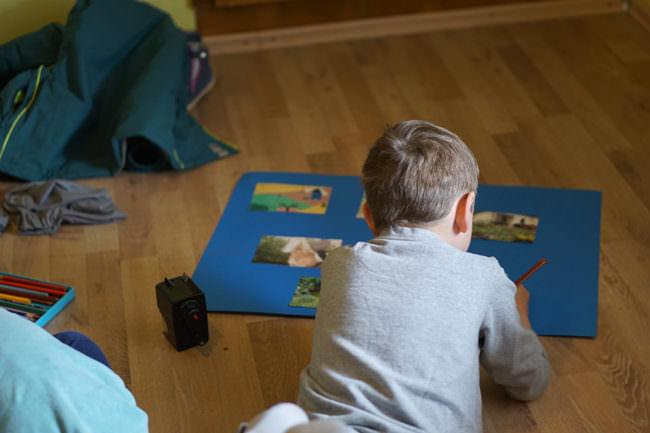 Ein Kind gestaltet ein Plakat