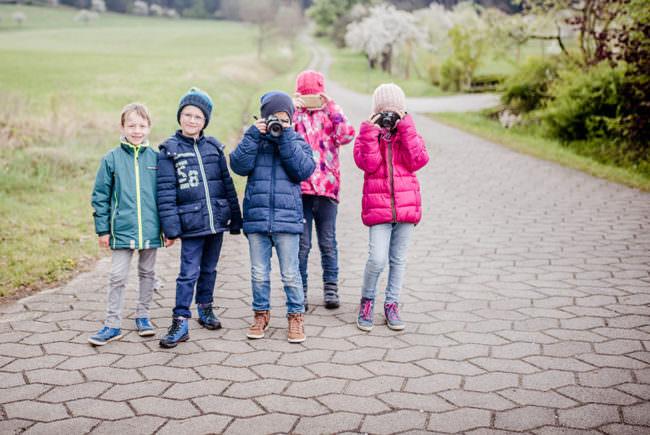 Eine Gruppe Kinder mit Kameras