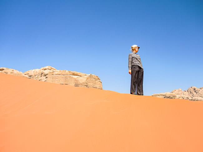 Eine Frau in der Wüste