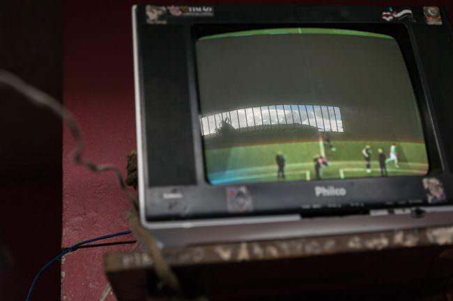 Ein kleiner Monitor überträgt eine Sportsendung