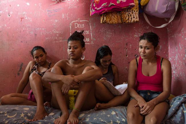 Fünf Frauen auf einem Bett