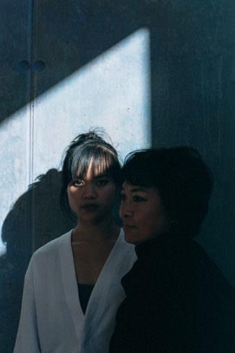 Zwei Frauen zwischen Licht und Schatten