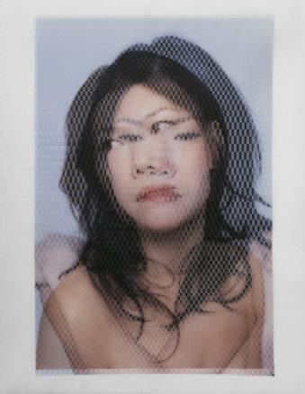 Zwei überlagerte, halbtransparente Portraits einer jungen, dunkelhaarigen Frau.