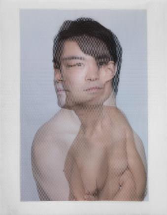 Zwei überlagerte, halbtransparente Portraits eines jungen, dunkelhaarigen Mannes.