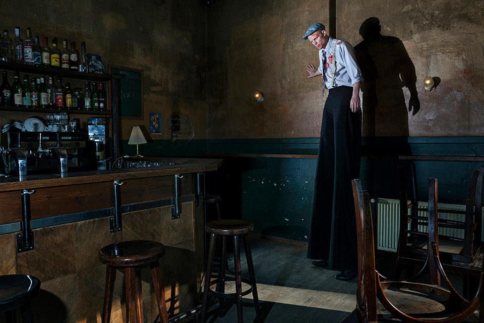Ein Riese in einer Bar