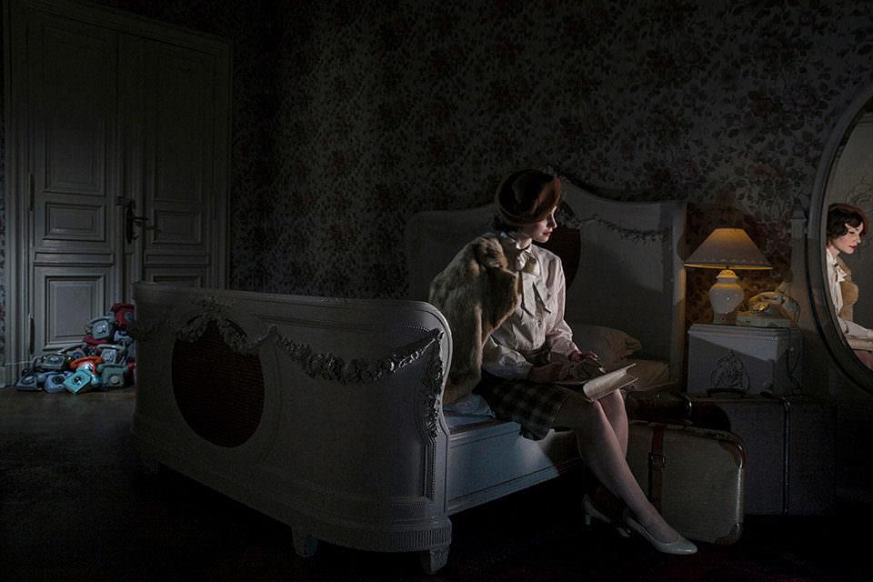 Eine Frau auf einem Bett