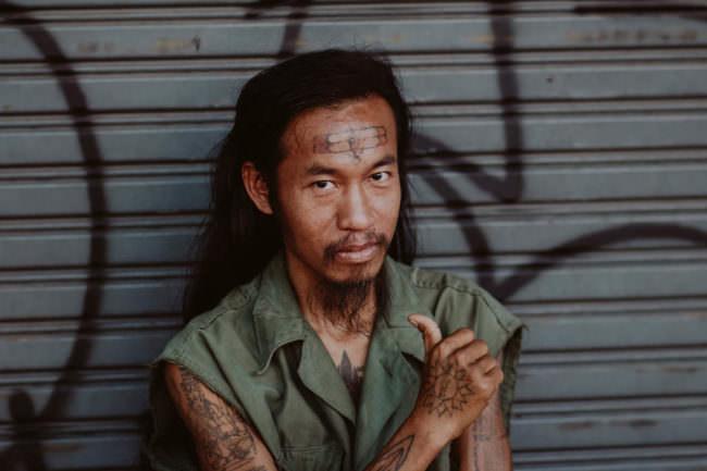 Ein Mann mit Tattoos im Gesicht