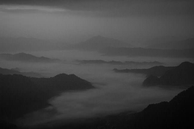 Blick in ein vernebeltes Gebirge