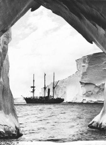 Ein Schiff von Eis umrahmt