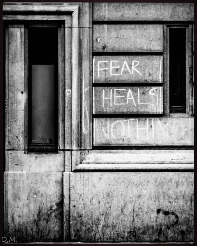 Hausfassade mit Aufschrift: Fear hels nothing.