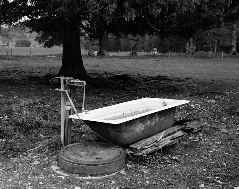 Eine Badewanne steht auf einer Wiese.