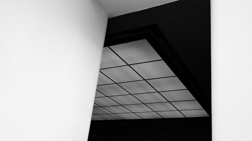 Wände und eine rechteckige Deckenlampe.