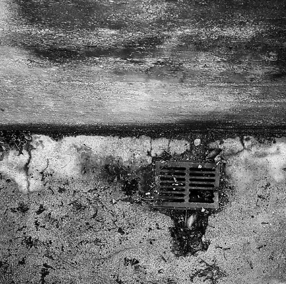 Abfluss im Boden, ringsherum Dreck.
