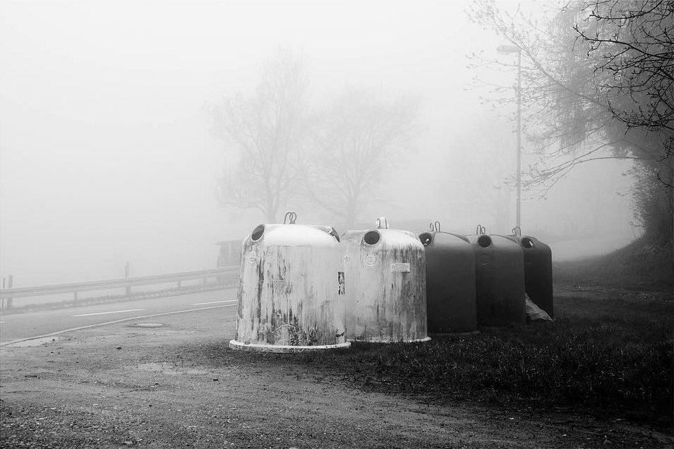 Altglascontainer im Nebel.