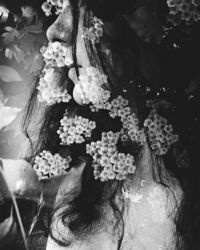 Doppelbelichtung: Frauenportrait und Blüten.