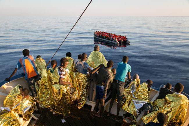 Eine Gruppe Menschen auf einem Boot