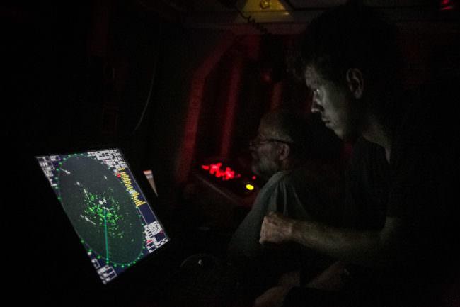 Ein Mann sieht auf ein Radar
