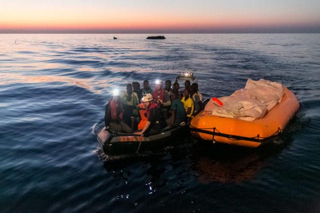 Ein Schnellboot rettet Menschen