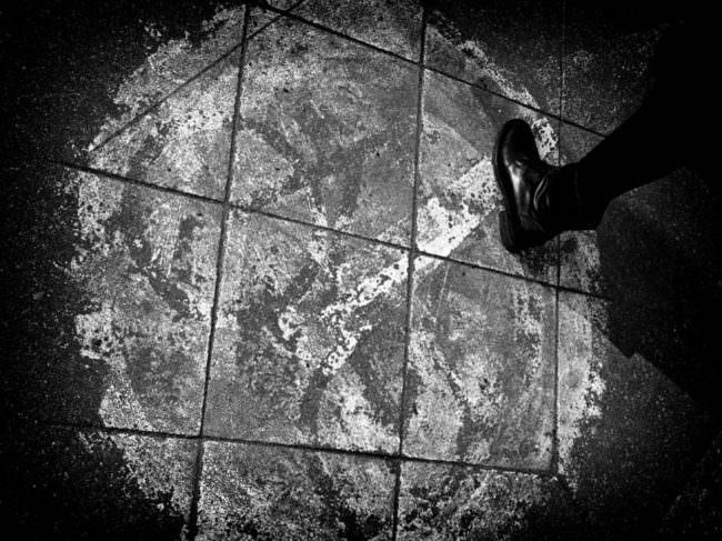 Abstraktes Bild mit einer kreisähnlichen Darstellung hell auf dunklem Grund.