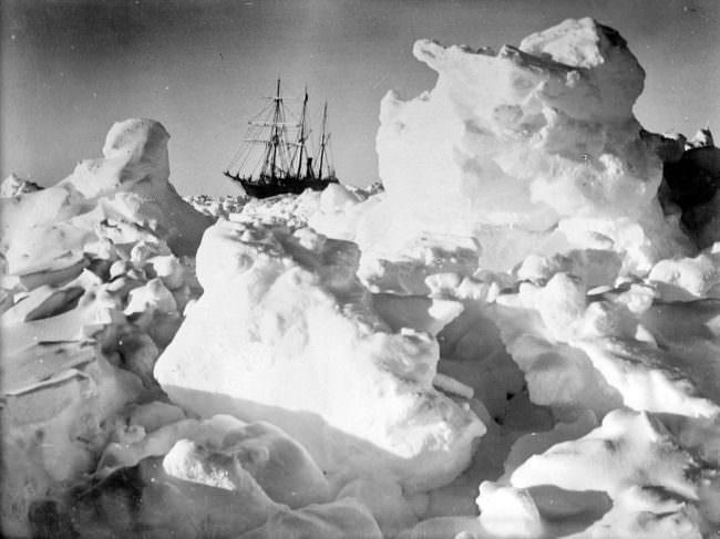 Ein Schiff im Eis