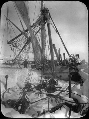Ein vom Eis zerstörtes Schiff