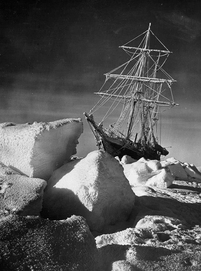 Ein Schiff gefangen im Eis