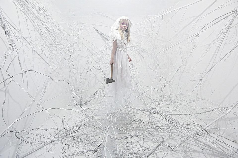 Ein Mädchen mit Axt in weiß