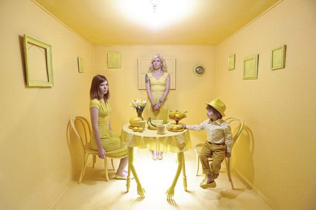 Eine Familie am Tisch in einem gelben Raum