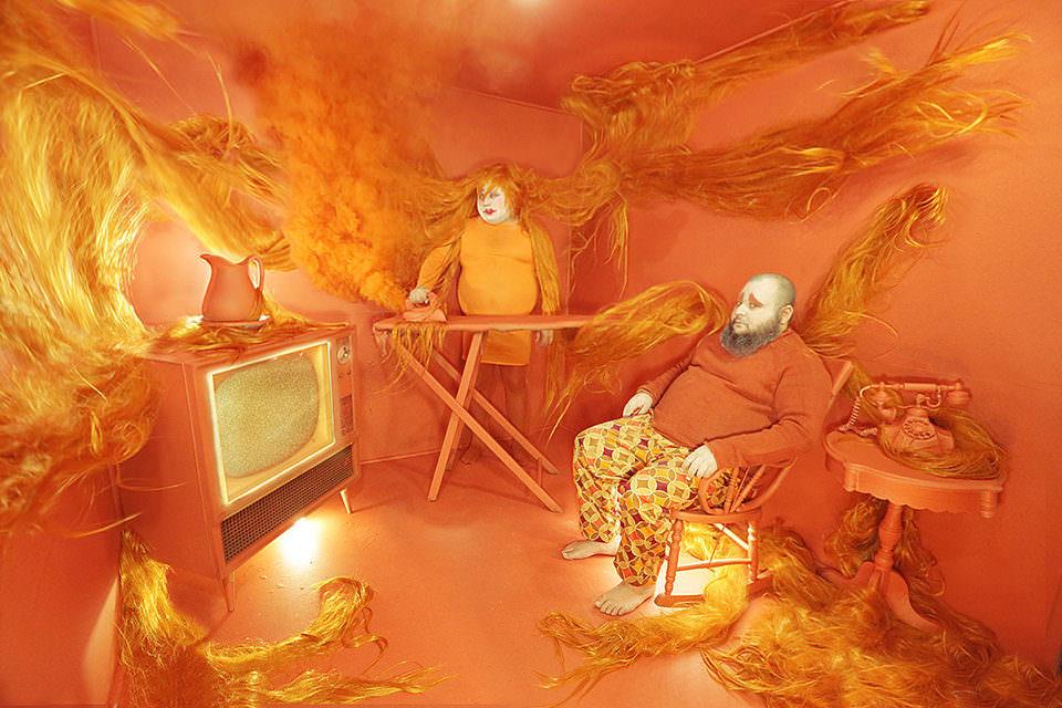 Surreale Fernsehszene in Orange