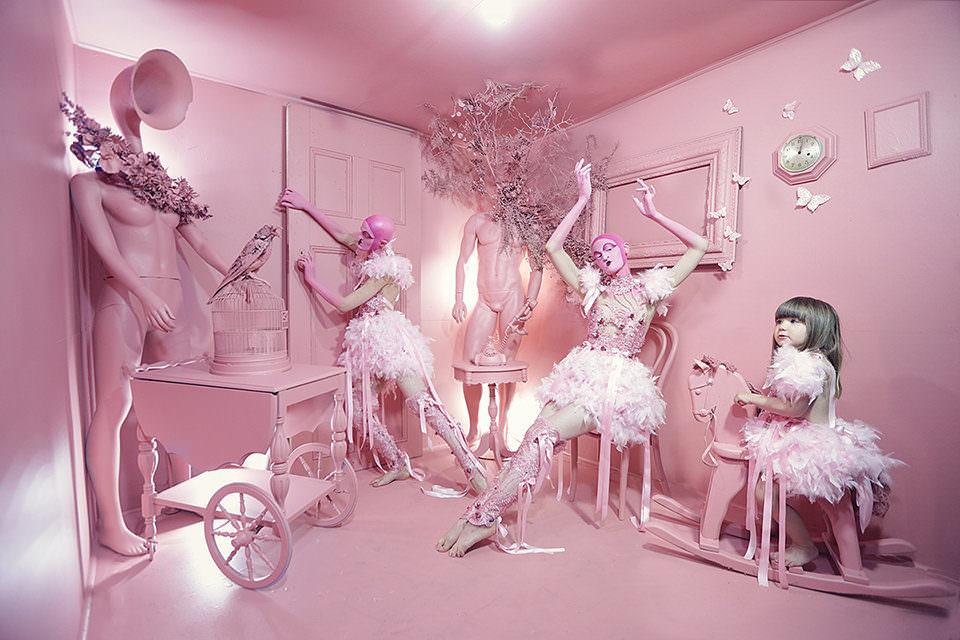Zwei Ballerinas in einem rosa Raum