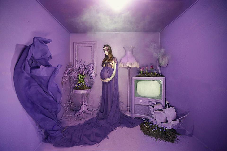 Eine Schwangere in einem lila Raum