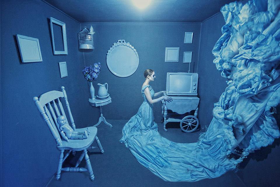 Eine Frau in einem blauen Zimmer