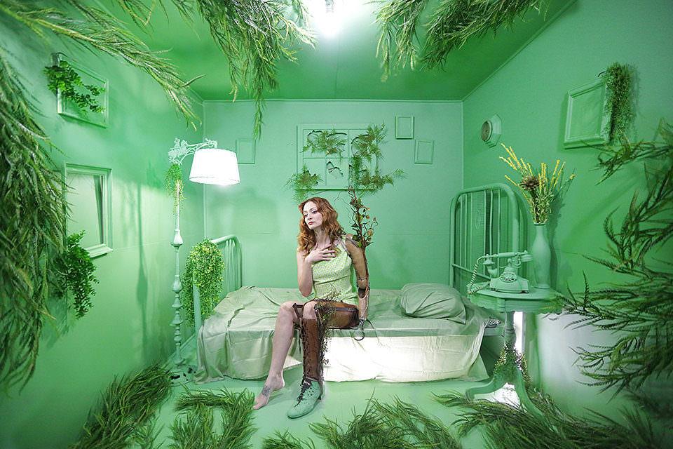 Eine Frau mit Beinprotese auf einem Bett