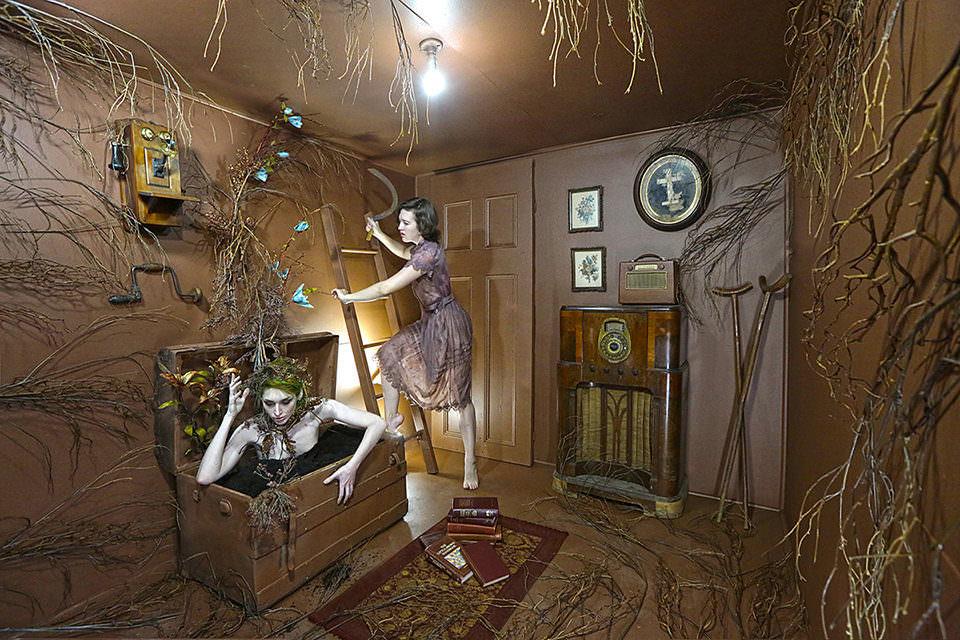 Surreale Szene in einem braunen Zimmer