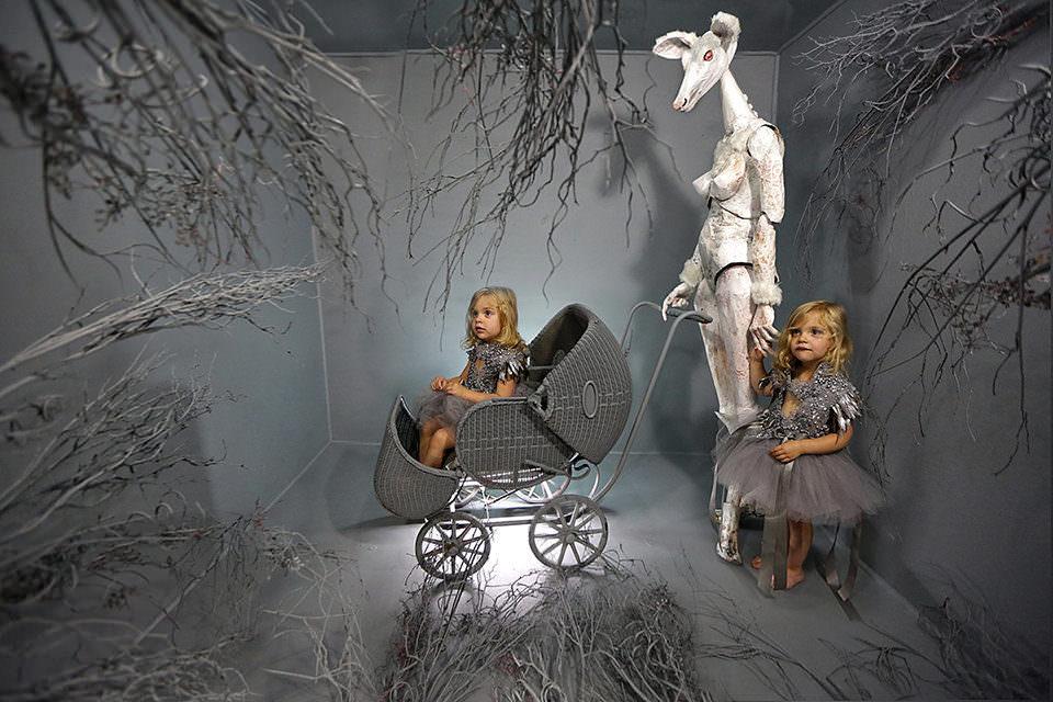 Zwei Kinder in einem grauen Raum
