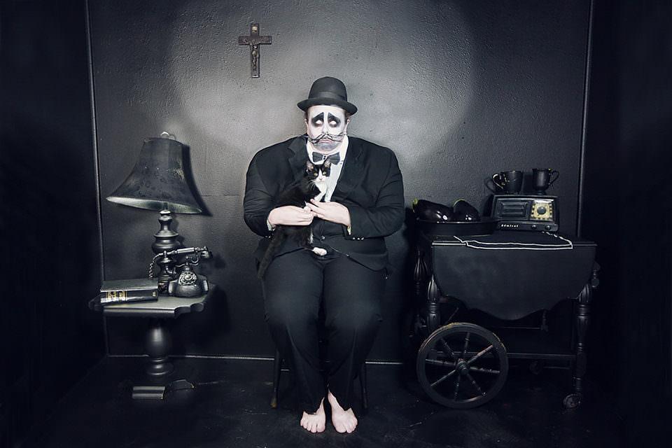 Ein Mann in schwarz gekleidet in einem schwarzen Raum