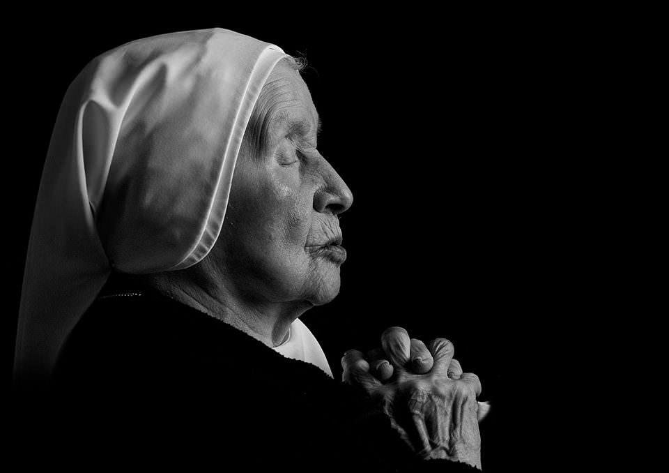 Eine Frau betet