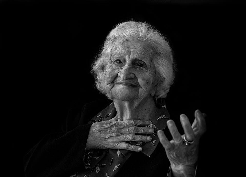 Eine Frau gestikuliert mit den Händen